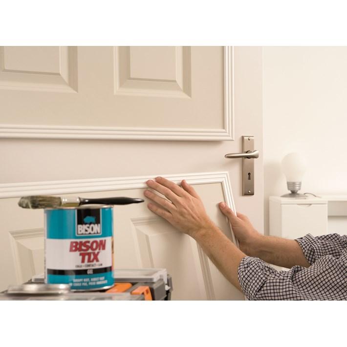 1305375 BS Bison Tix Tin 750 ml NL/FR applying vertical decoration plate to door